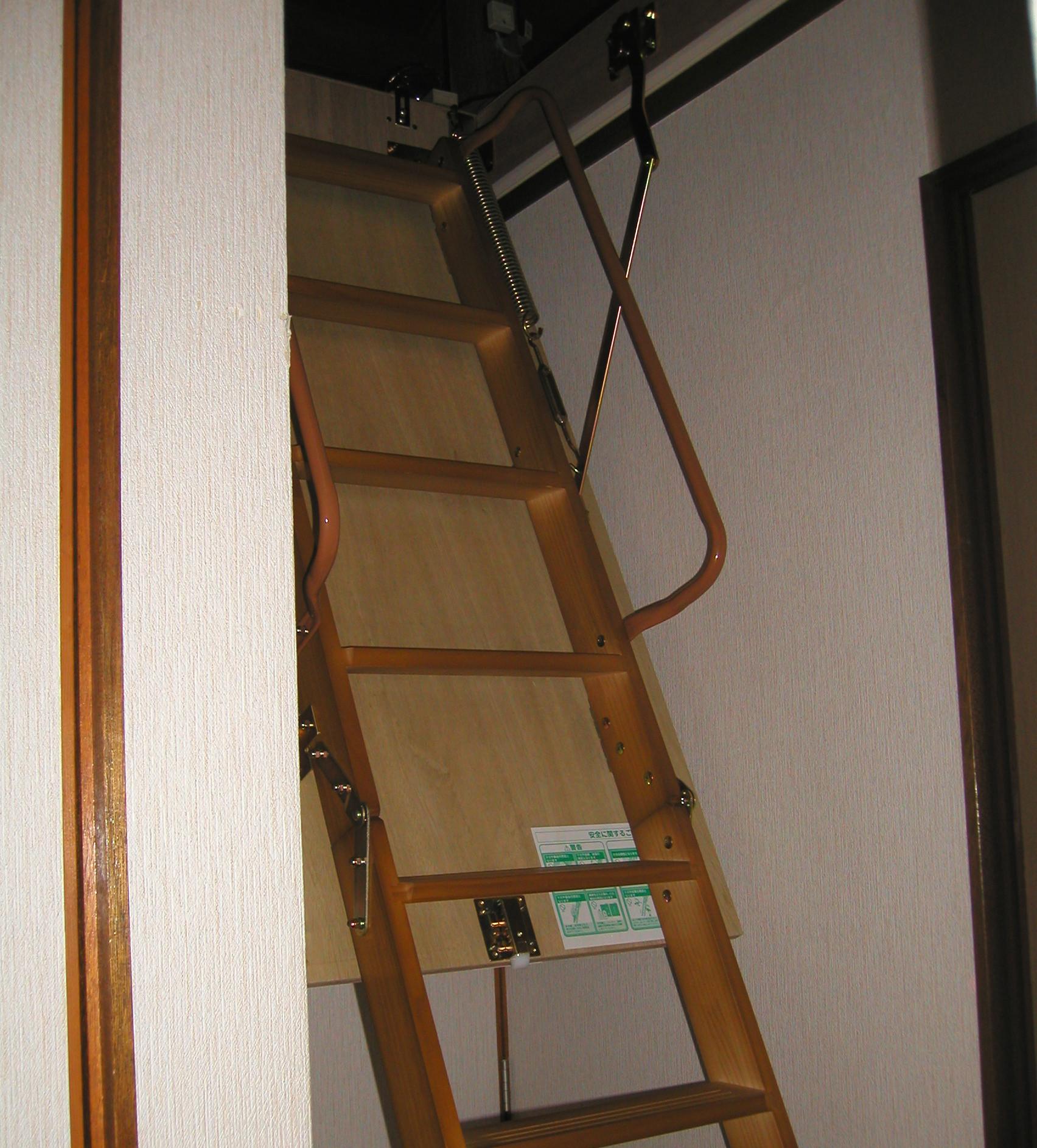 屋根裏収納 梯子